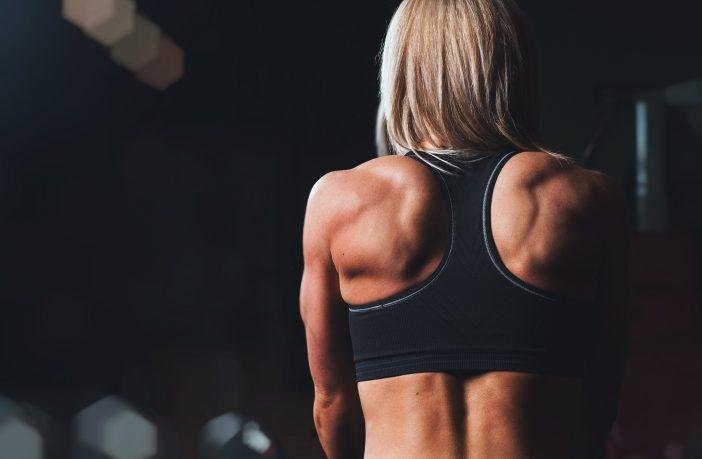 Frau beim Gewichte stemmen