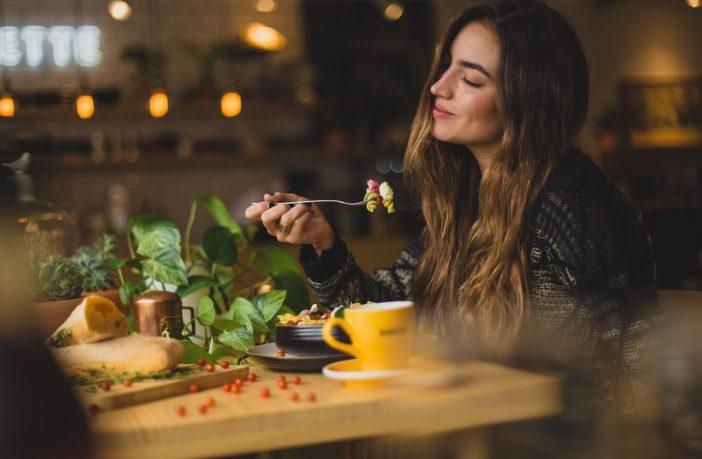Frau am essen
